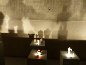 Die Schatten der modernen Golems an der Wand